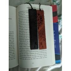 فاصل كتاب خشبي